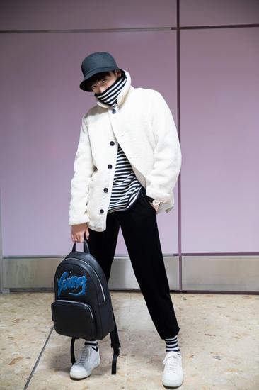 杨洋抵达日内瓦机场