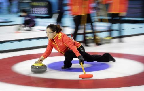 """冰壶比赛为啥要拼命""""擦地板""""?与摩擦力息息相关"""